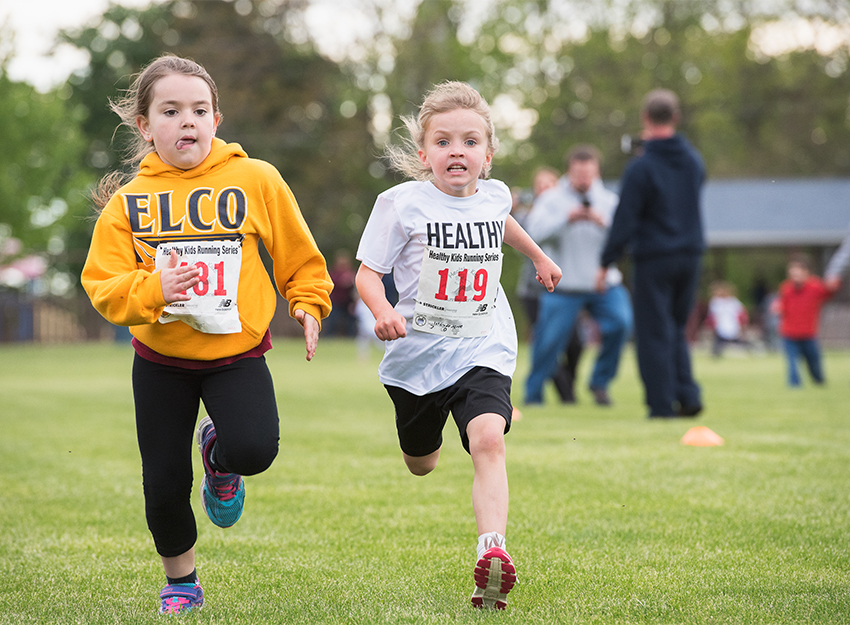 girls running competitive race