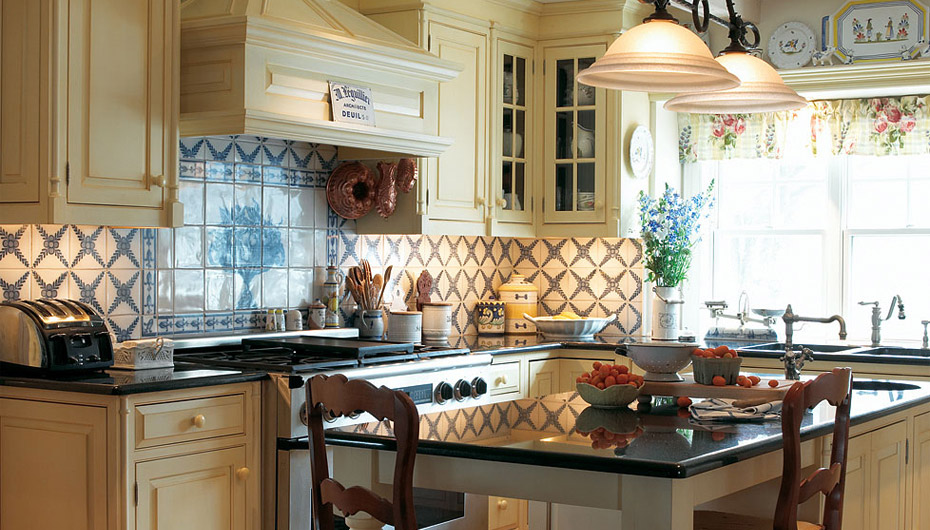 Custom kitchen cabinets in country provencal plain - Cocina estilo provenzal ...